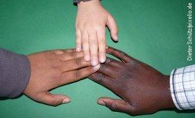 Drei Kinderhände